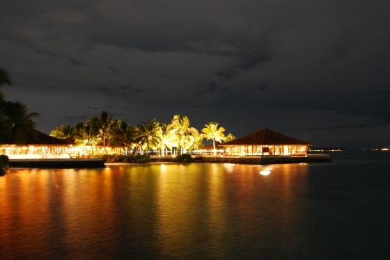Club Faru - Restaurant und Poolhouse bei Nacht