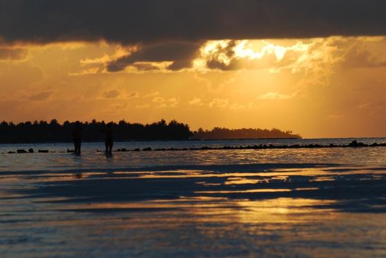 Sonnenuntergang mit Paar auf den Malediven