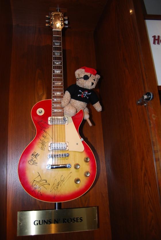 Jack Bearow und die signierte Guns'n'Roses-Guitar
