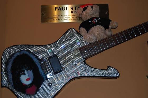 Jack Bearow und die Gitarre von Paul Stanley (KISS)