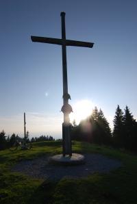 Gipfelkreuz des Zwiesel im Weitwinkel